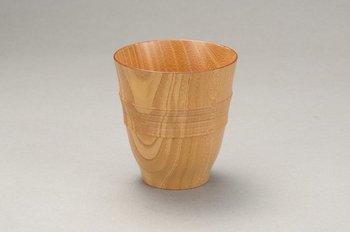 欅の木を軽く繊細に仕上げたカップ。 手元に自信が失くなっても、手に取る部分に凹凸をつけて持ちやすく、落としても割れないので安心です。 カップの上部は少し外側にそっているので口当たりの良さは抜群、お茶でもお酒でもお好みのものを。