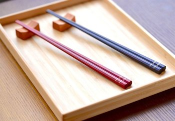 縞黒檀(黒い木)とサッチーネ(赤い木)の夫婦箸。 口に触れるものだから、天然のウォルナットオイル仕上げ、無塗装、無着色で安心安全に。角を落として優しく指にフィットし、箸先は細くしなやかに仕上げ、使いやすさにこだわっています。