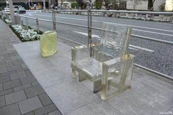 吉岡徳仁 作 雨に消える椅子  ガラス製のこちらの椅子は雨の日には輪郭が消えたように見える不思議な椅子。六本木ヒルズにはこうした座ったりして使える作品をストリートファニチャーとして13件設置しているそうです。