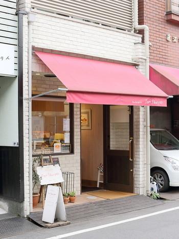 可愛らしい赤い屋根が目印の「トム・ソーヤー」は、京都市営地下鉄「鞍馬口駅」から徒歩15分のところにあります。こぢんまりとしたお店ですが、知る人ぞ知る、地域の人たちに愛されるパン屋さんなんです。