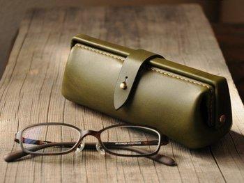 作り手が古いドクターバッグに魅せられてつくった口金式のメガネケース。 マチ幅を広めにとって、それほど大きくないメガネであれば2つ入れておくことができます。いつものメガネに加えて、老眼鏡、パソコン用などとセットで収納でき、シニア世代にぴったりです。