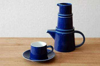 シュガーポットはどこにあるでしょう?正解はティーポットとミルク入れの間です♪陶器できた素材感も魅力。セットでそろえるのも素敵ですが、シュガーポット単体で置いても絵になりそうですね。