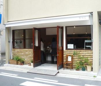 京都市営地下鉄「丸太町駅」から徒歩7分ほどのところにある、ドーナツ屋さんの「ひつじ」。天然酵母を使って作られたドーナツは、油っこくなく優しい味です。