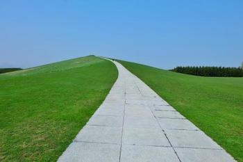 モエレ沼公園は 「全体をひとつの彫刻作品とする」というコンセプトどおり、イサム・ノグチの作品が丸ごと公園になっているアートスポット。広大な公園内を自転車で移動しながら各所に配置されたアートを直に体験できます。  イサム・ノグチ作 プレイマウンテン《遊び山》