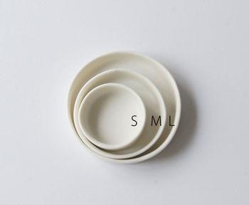 """「小玉陶器」と言えば石膏型に液状の土を流し込んで作る""""LEVEL""""シリーズ。 95・75・50・30・20の高さと、S・M・Lでサイズを展開しているため、入れ子にして収納することができます。どんなシーンにも合わせやすいシンプルで美しいデザインと、省スペースなサイズ設計を兼ね備えたデザインは小玉陶器ならでは。"""