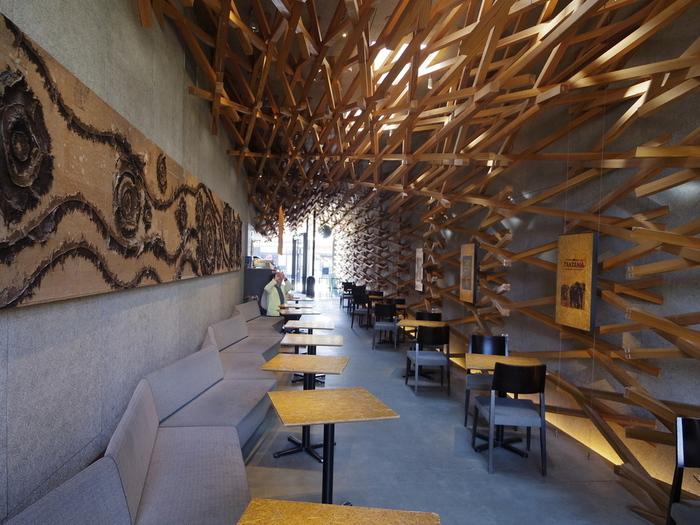 内装も伝統的な木組み構造を生かされたものに。壁面と天井に張り巡らされた無数の木の柱が、アート作品のよう。まるで、美術館にいるような感覚になりますね。