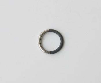 """黒い陶器で制作されている""""THIS SIDE BLACK""""シリーズのリング。白い陶器とはまた違った重厚感のある表情が楽しめます。"""