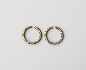 黒とゴールドのコントラストが美しいイヤリングはドレッシーなスタイルにもピッタリ。陶器の質感が落ち着いた華やかさを演出してくれます。