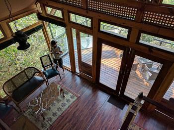 """小さくても自分に必要な最低限が詰まったお家は、たとえ木の上でも極上の空間のはずです。美しい景色と美味しい空気があなたを心からリラックスさせてくれるでしょう。  そんな""""小さな暮らし""""、あなたも始めてみたくはありませんか?"""