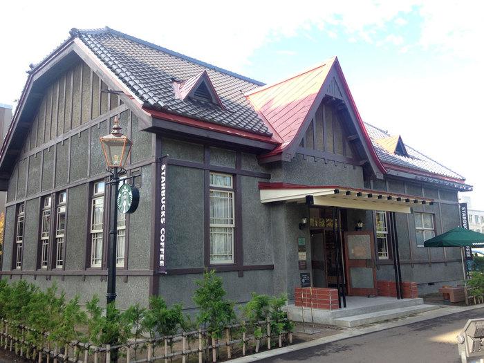 青森県・弘前城公園の目の前にある店舗。建物は陸軍師団長の官舎として建設された、登録有形文化財が使われています。