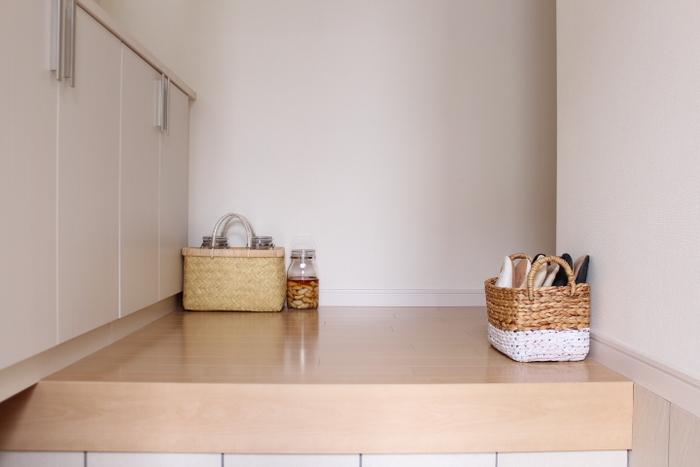 かごを使えば、ごちゃごちゃしがちなスリッパなどもスッキリ可愛く収納できます。ナチュラルな色味でインテリアとしても活躍♪