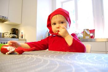 フィンランドの森の妖精たち「トントゥ」を着た子供^^  サンタは大人、子供はトントゥで仮装して過ごすのも北欧っぽくていいですね。
