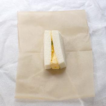 食パンを使ったフラットなサンドイッチを包む方法です。