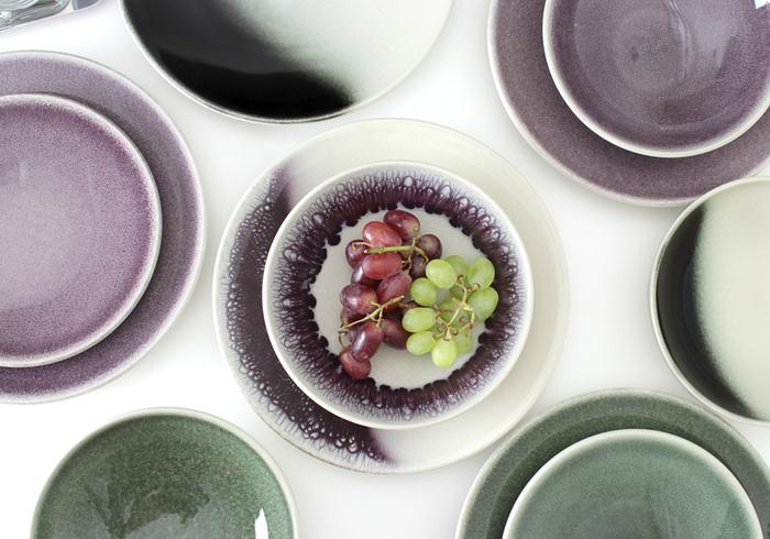 フランス生まれのおしゃれなプレートは、繊細な色合いが素敵です。大人シックな色なので和食器との相性も抜群。こんな色があると食卓が華やかになりますよね。