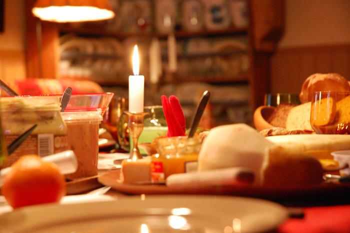 スウェーデンの伝統は、ビュッフェスタイルで楽しむ、スウェーデン流クリスマスのご馳走「ユールボード」です。今では北欧全体に広がっています。