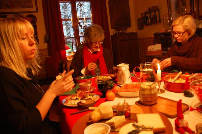 ニシンやサーモンをつかったマリネなどの冷菜や、豚肉をつかったハムやミートボールなどのメイン料理、デザートには温かいお米のミルクがゆやジンジャークッキーなどが並びます。