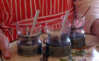 フィンランドのホットワイン「グロッギ」も食卓に並びます。ナッツやシナモンなどのスパイスをきかせた飲み物です。