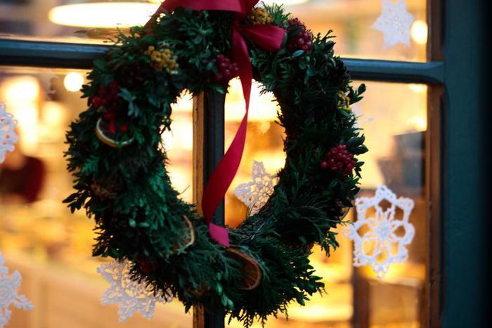 クリスマスが待ち遠しくなるようなクリスマスリースと作り方をご紹介しました。ぜひ今年は手作りリースで素敵なクリスマスをお迎えください。