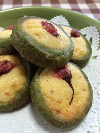 桜風味の甘じょっぱさがクセになる。抹茶の色もきれいな2色クッキーです。アーモンドプードルのふくよかな香りが香ばしい。