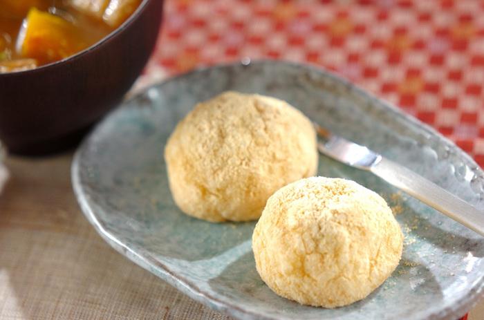 中に粒あんが入った、きなこのおはぎ。もち米が熱いうちにあんこを中に入れて形を整えるときれいにできますよ!