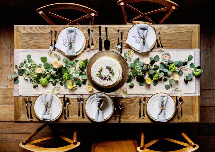 テーブルセッティングにはナチュラルな素材を使ってみて。松ぼっくりや実をつけた枝などをさりげなく置くだけでも温かみのある食卓を演出できますよ。上品な大人のテーブルコーディネートはぜひ真似してみたいですね。