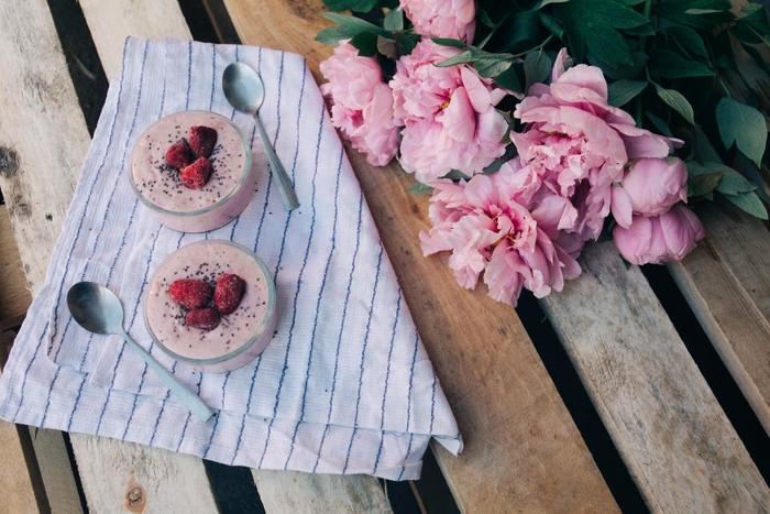 お花を少しテーブルにあしらうとナチュラルで優しい印象に。ちょっとした心遣いはおもてなしの基本ですね。