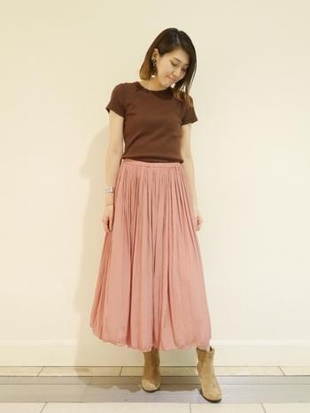 チョコレートブラウンのカットソーに、こっくりピンクのロングスカートがとってもキュート♪足元はブーツを合わせてひと足お先に秋冬感を楽しんで!