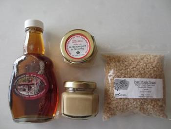 メープルシュガーは、メープルシロップの水分を取り除いてサラサラの状態にしたもの。メープルシロップはカエデの樹の樹液を煮詰めて作る体に優しい甘みです♪カルシウムなどのミネラル分も豊富な森のお砂糖です。