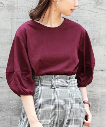 上品な大人の女性を目指したいなら、是非取り入れたいのが深みのあるボールドカラー。華奢見えするボリューム袖×足長効果のあるハイウエストのグレンチェックパンツで着やせ度抜群コーデの完成!