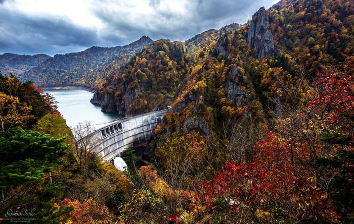 紅葉シーズンの豊平峡ダムの美しさは傑出しています。秋錦に包まれた山々と静かなダム湖が見事に調和した景色が広がる豊平峡ダムは、水源の森百選、ダム湖百選に選定されています。