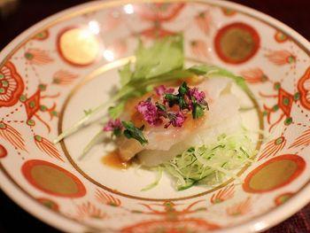 丁寧に仕上げられたお料理は目にも美しく、和食の風情を感じさせてくれるものばかりです。お腹がいっぱいになりすぎることもなく、幅広い年代の方に支持されるお店になっています。