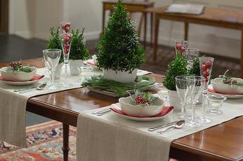 テーブルランナーやランチョンマットを上手に使うと、それだけで食卓があたたかなムードになるから不思議。