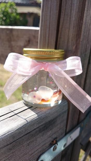自由に好きなものを入れて、作ってみましょう。こちらは海で拾ったシーグラスのスノードーム。リボンや麻布などで自分らしい飾りを施すのもオリジナリティが出ていいですね。