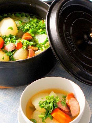ストウブ料理の定番、本領が発揮されるメニューです。根菜をたっぷりと入れて、和風の味付けを施せば、いつもとはひと味違う優しい味わいに。
