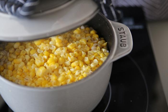 鋳物ホーロー鍋は、均一な熱伝導と保温性、蓄熱性に優れているのが特長。温度が一度上がると冷めにくいので、弱火や低温で調理を続けられるため、コトコト料理に最適なんです。 また、保冷性にも優れてるので、お鍋を冷凍して冷たい料理をサーブすれば、テーブルに出してからも料理を冷たいまま楽しむこともできちゃいます。  ひとつひとつ熟練工による手作業で行われているストウブ。鋳物ホーロー鍋の性能において特にすぐれていると評価され、世界中で愛されているんです。
