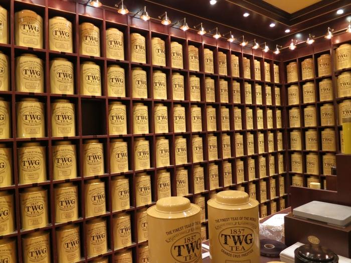 シンガポールで誕生した紅茶ブランド「TWG Tea(ティーダブリュージー ティー)」。最高級の茶葉と手作業でのティーブレンドが特徴で、ラグジュアリーなホテルやレストランでも愛されています。上質感のあるおしゃれなパッケージも、人気の理由の一つです。