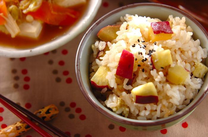 秋の訪れをしみじみ感じるサツマイモの炊き込みご飯は、子どもも大好きなほっこり甘い味わいです。お弁当やおにぎりにしても良いですよ。ゴマ塩の塩気が良いアクセントに。