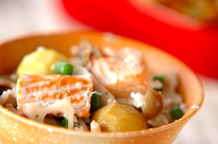 脂がのり美味しい秋シャケをキノコ、レンコン、むき栗、いんげんと一緒に炊き上げた豪華な五目炊き込みご飯。おもてなしや持ち寄りパーティーにもおすすめの華やかな一品です。お米ともち米を混ぜて、冷めてもモチモチ美味しい♪