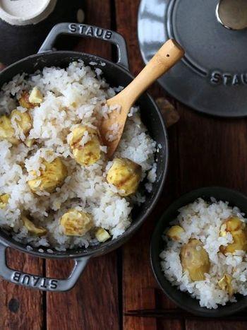 炊飯器で炊いても美味しいですが、ストウブや土鍋で炊くとより一層美味しい「栗ご飯」。おこげができるのも良いですね。  栗をむくのは手間がかかりますが、美味しい栗ご飯をいただくためと思えば辛くないかも? 栗は水に漬けておいたり、軽く下茹ですると比較的簡単に皮がむけます。