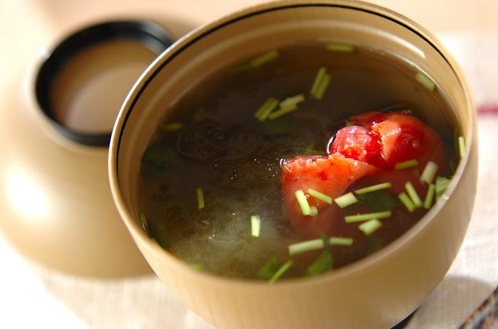 ホッとくつろげる「とろろ昆布汁」は、お椀にとろろ昆布や材料を入れ、お湯を注ぐだけでできる簡単レシピも嬉しいポイント。昆布茶が無い場合は、お醤油を垂らしても美味しいですよ。