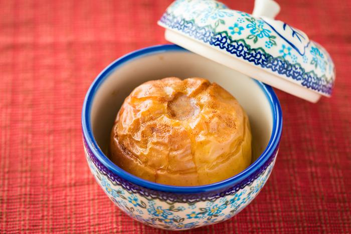 """焼きりんごが作れる""""りんごポット""""。りんごの芯をくり抜いて、バター、お砂糖、シナモンを詰めます。そのままポットの中に入れ、オーブンで焼くだけ♪蓋に穴が開いているので、蒸しながらふんわり焼くことができます。"""