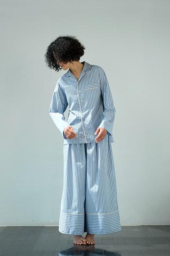 スッキリとしたストライプが爽やかな印象です。パンツの裾の大胆な切り替えとウエストのボリュームのあるギャザーがポイント。