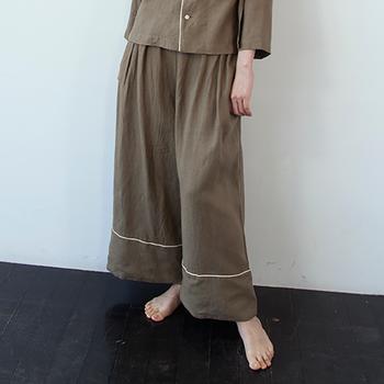 たっぷりのギャザーの入ったパンツがセット。裾のラインが幅広で個性的です。