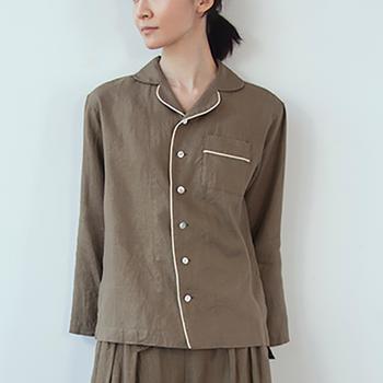 白のラインが爽やかで大人っぽいシャツ。定番のパジャマのデザインで安心感があります。