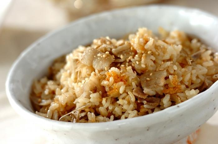 豚バラ肉とゴボウを炒めてからお米、オイスターソース、顆粒チキンスープだしなどを入れて炊き上げる中華風の炊き込みご飯。豚肉のコクがご飯にからまって、しみじみ美味しい一品です。