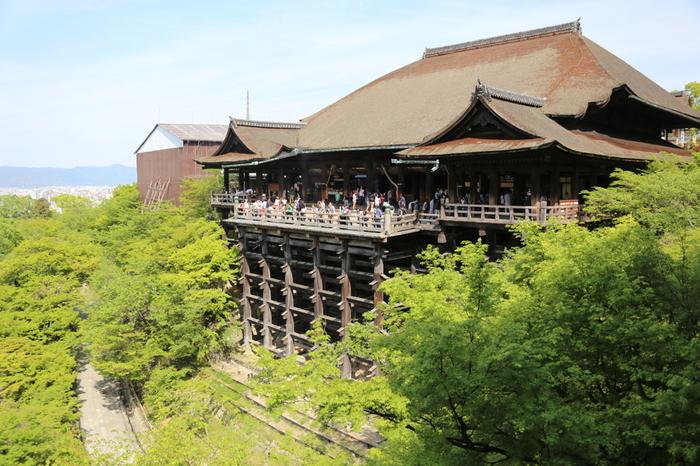 「清水の舞台」として有名な本堂。千手観音と地蔵菩薩、毘沙門天、二十八部衆と風神雷神が祀られています。秘仏となっているため、拝観することはできません。