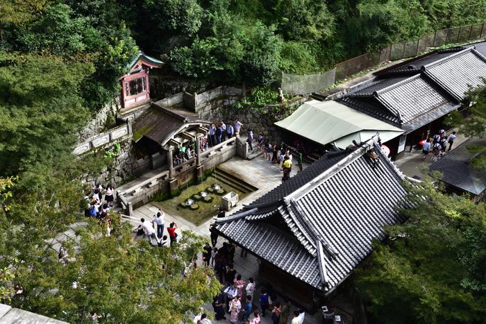 音羽の滝は、一度として枯れたことのないといわれている霊水です。清水寺の名前の由来となったともいわれています。不動堂には不動明王が祀られています。