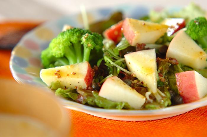 シャキシャキのリンゴの食感がみずみずしいグリーンサラダはいかが? 卵黄入りのドレッシングも新鮮です。