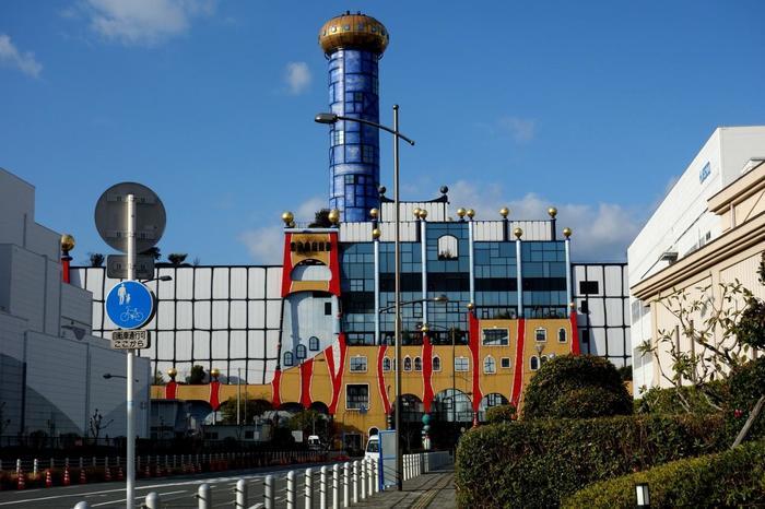 舞洲工場から徒歩5分ほどのところに、下水汚泥処理場の「舞洲スラッジセンター」もあります。こちらもフンデルトヴァッサー氏のデザイン。