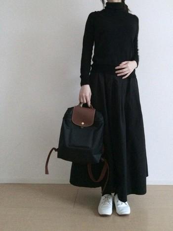 シンプルにブラックのワントーンコーデ。ボリュームのあるスカートもタートルネックで好バランス。